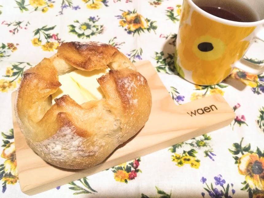 ミニカッティングボードに美味しいパンをのせて、良い気分♪