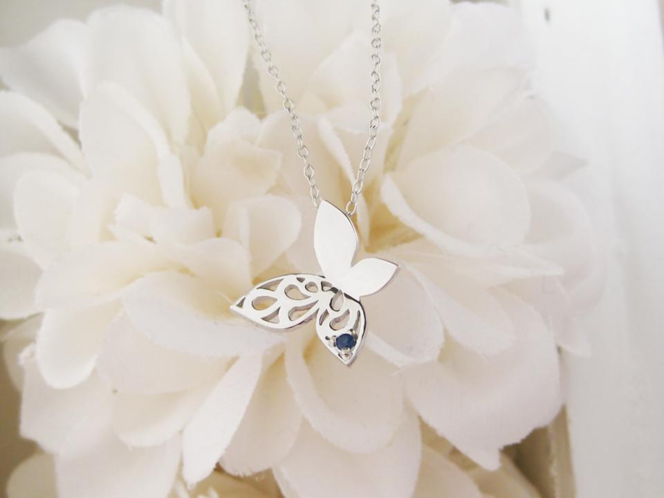 春コーデにおススメの蝶のネックレス
