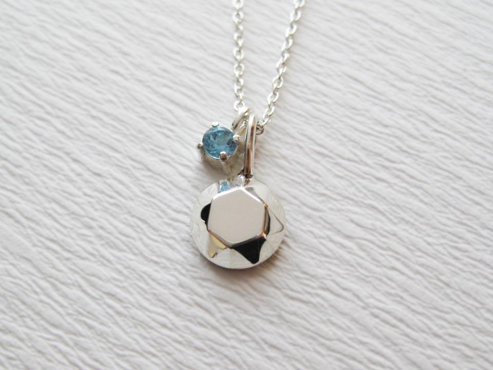 宝石みたいなシルバーのトップと本物の宝石がついた2wayネックレス