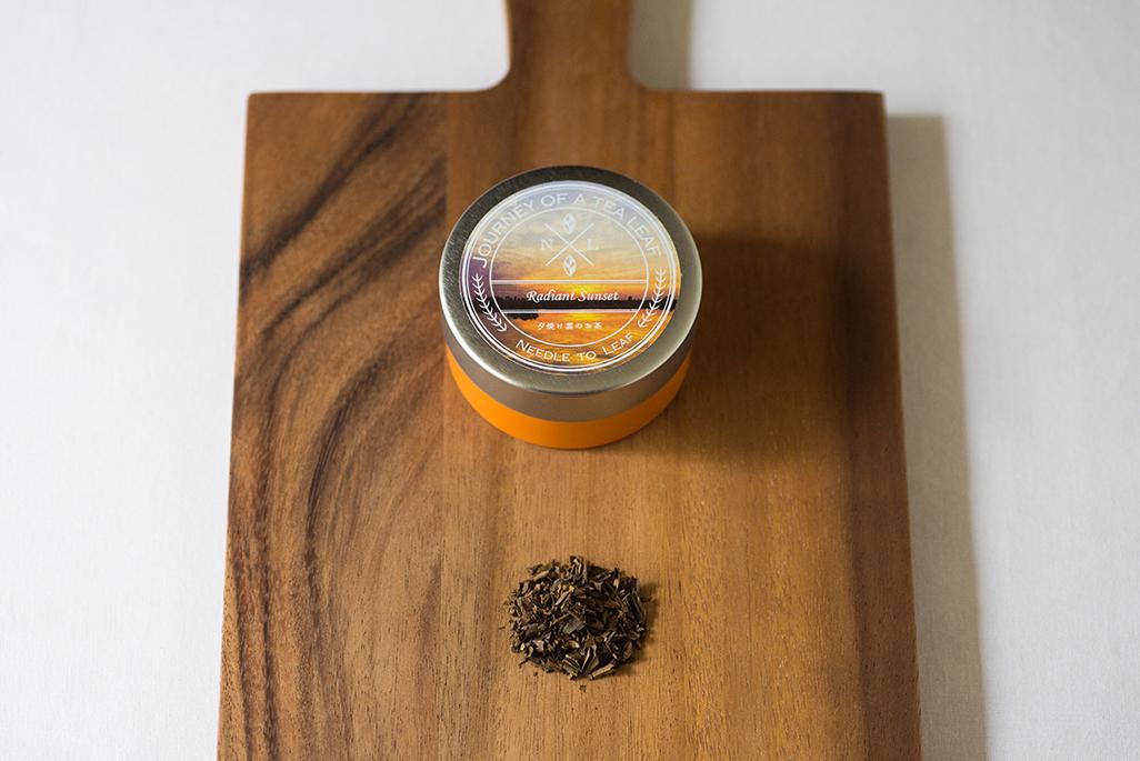 オレンジの茶缶には美しい夕焼け雲が…《旅する日本茶 / 夕焼け雲のお茶》