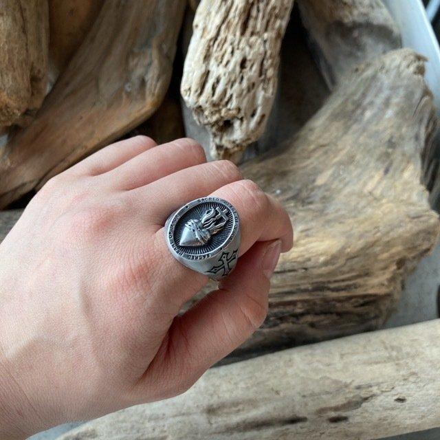 男性の方に向けた指輪を始めます。