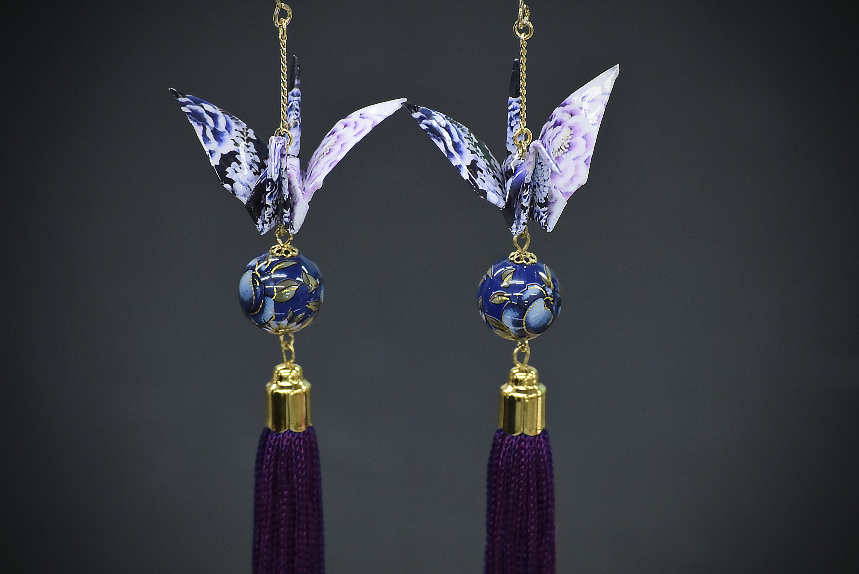 えっ!それ折り紙?って声がが聞こえてきそうな和紙とはちょっと違う艶やかなタッセル折り鶴ピアス。