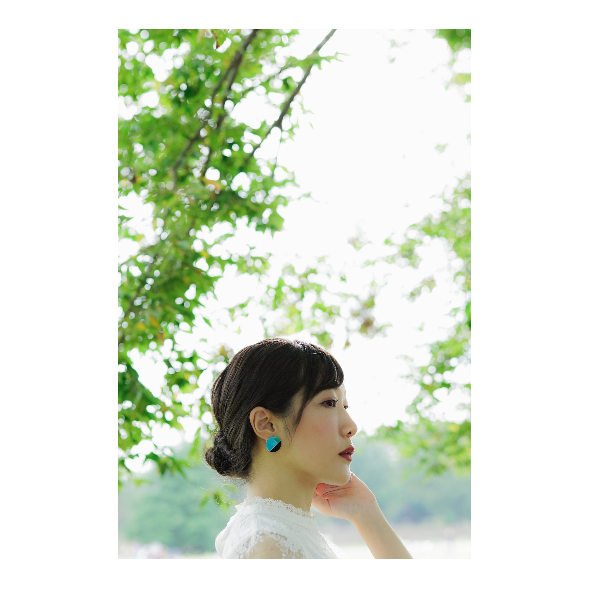 『風景が見えるジュエリー』ポーチカ_Aquq blueを自然の中での撮影