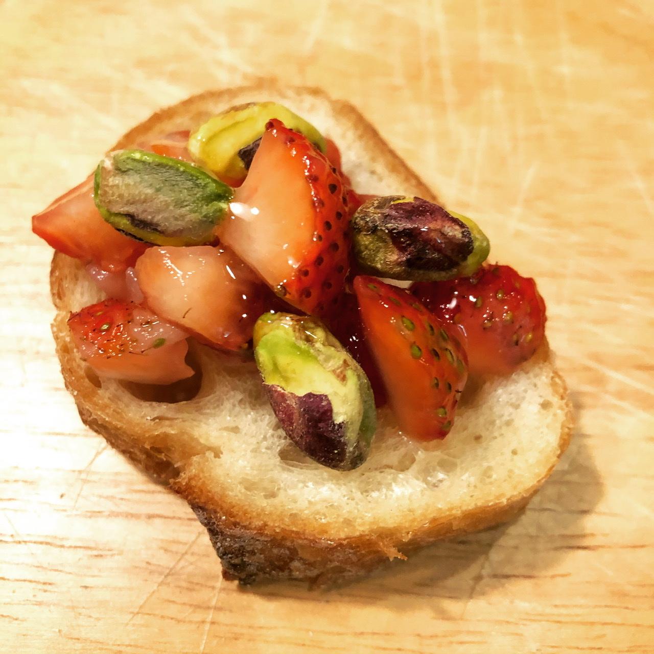 苺とピスタチオのカナッペ