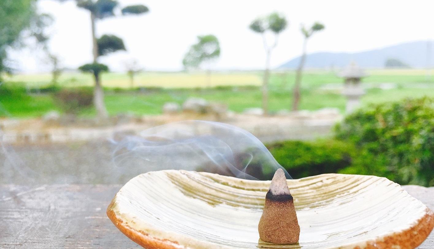お寺の教えから作る香り!爽やかな甘さで自然の中にいる感じでそっとあなたに寄り添う(解説書付き)
