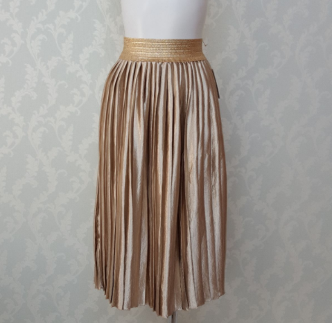 旅行に最適!楽でオシャレな光沢スエードのプリーツスカート