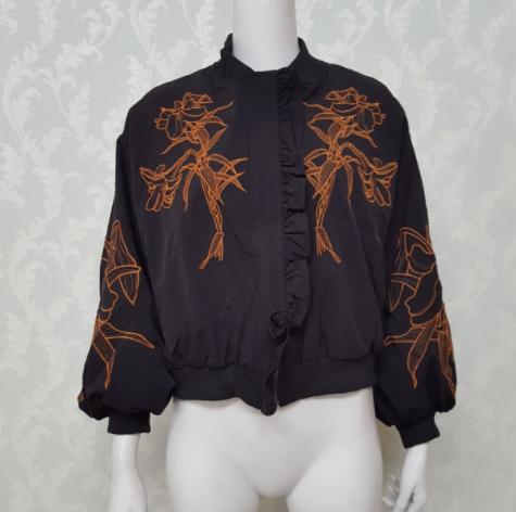 百合の刺繍が個性的♡軽くて重ね着しやすいボリューム袖ブルゾン