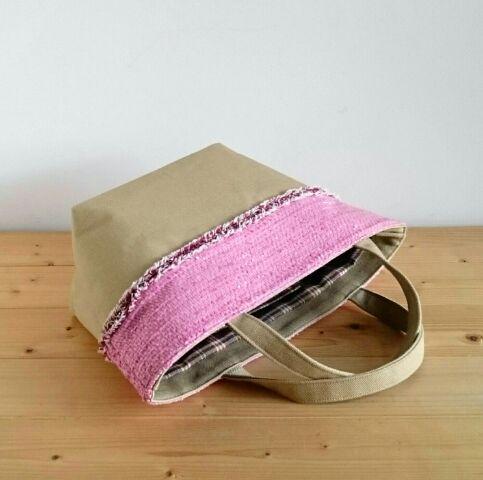 冬のコーデにスイートピンクのトートバッグがアクセントに!