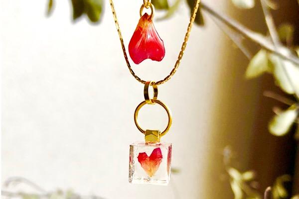プレゼントにぴったり!本物の薔薇の花びらから作ったネックレス。