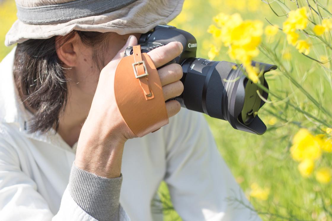 シンプルな一眼レフカメラにシンプルで上質なハンドストラップを♪