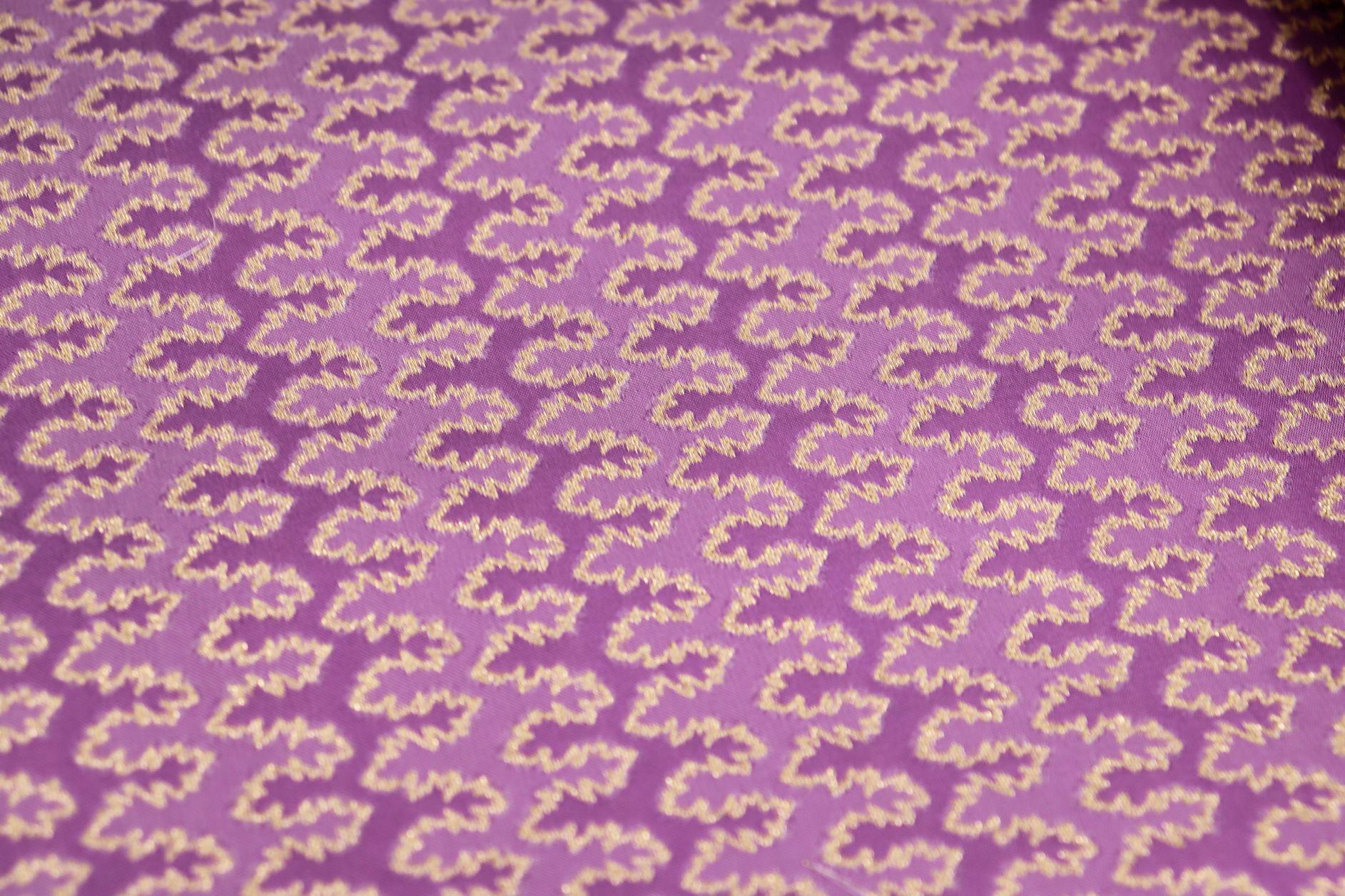アンモナイトの柄で制作した織物で仕立てました品物が続々できてきました!