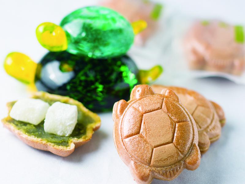 M-1優勝のミルクボーイさんへ、天王寺区役所からお祝いの品として当店の餅もちかめよ♪が贈呈されました