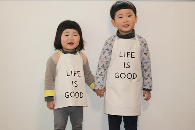 """親子でお揃いで着られる、おしゃれな帆布のキッズエプロン ! """"LIFE IS GOOD"""""""