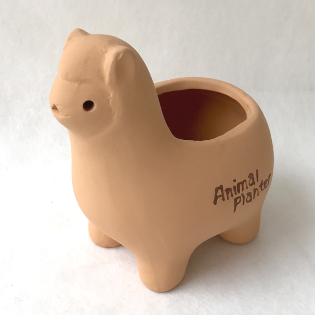 テラコッタのアニマルポット「アルパカ」♪ なんとも言えないその表情が愛くるしい