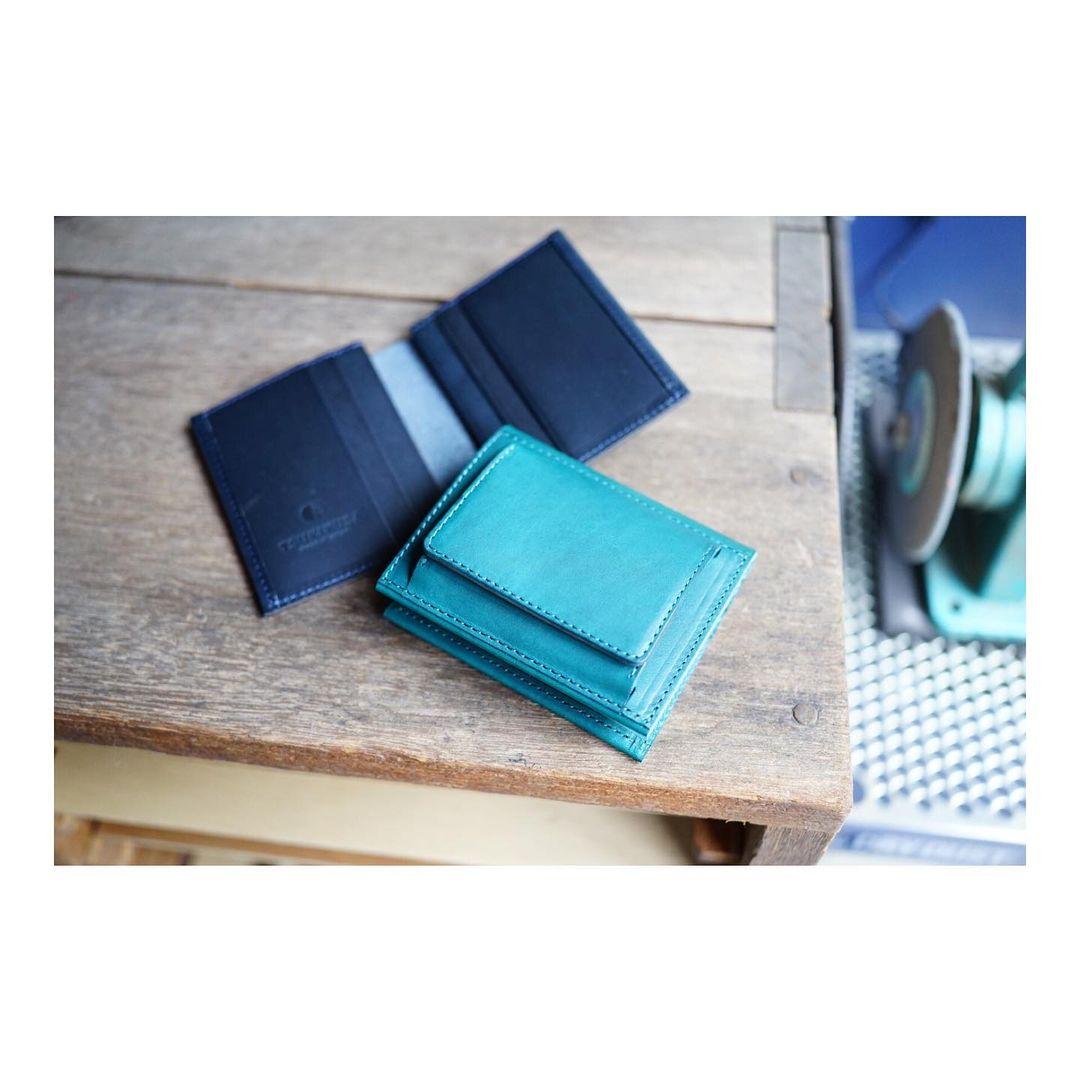 コンパクト二つ折り財布(小銭入れ外付き)の在庫分を製作しました。