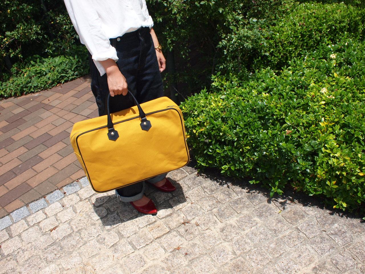 女の子と大きなバッグ、そのギャップが可愛さを引き立てる
