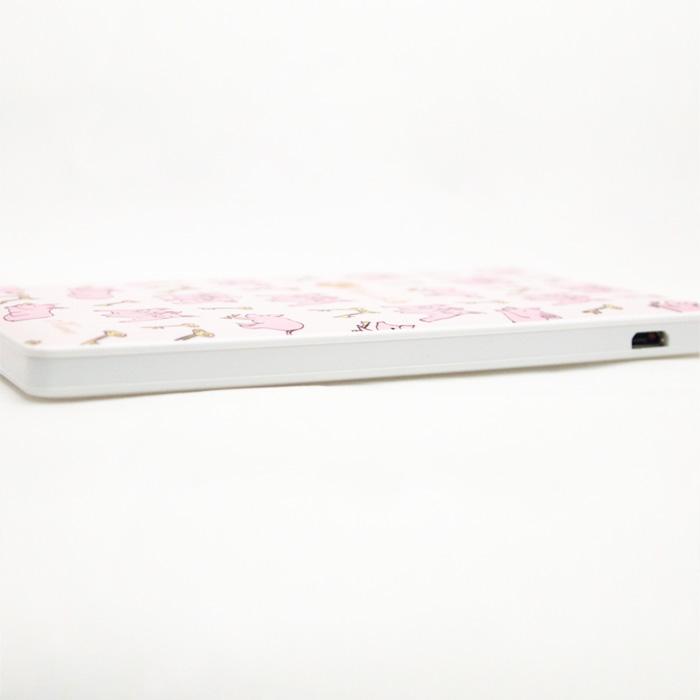 ピンクの豚さんが女性同士の仲を取り持ってくれる!?薄型軽量モバイルバッテリー