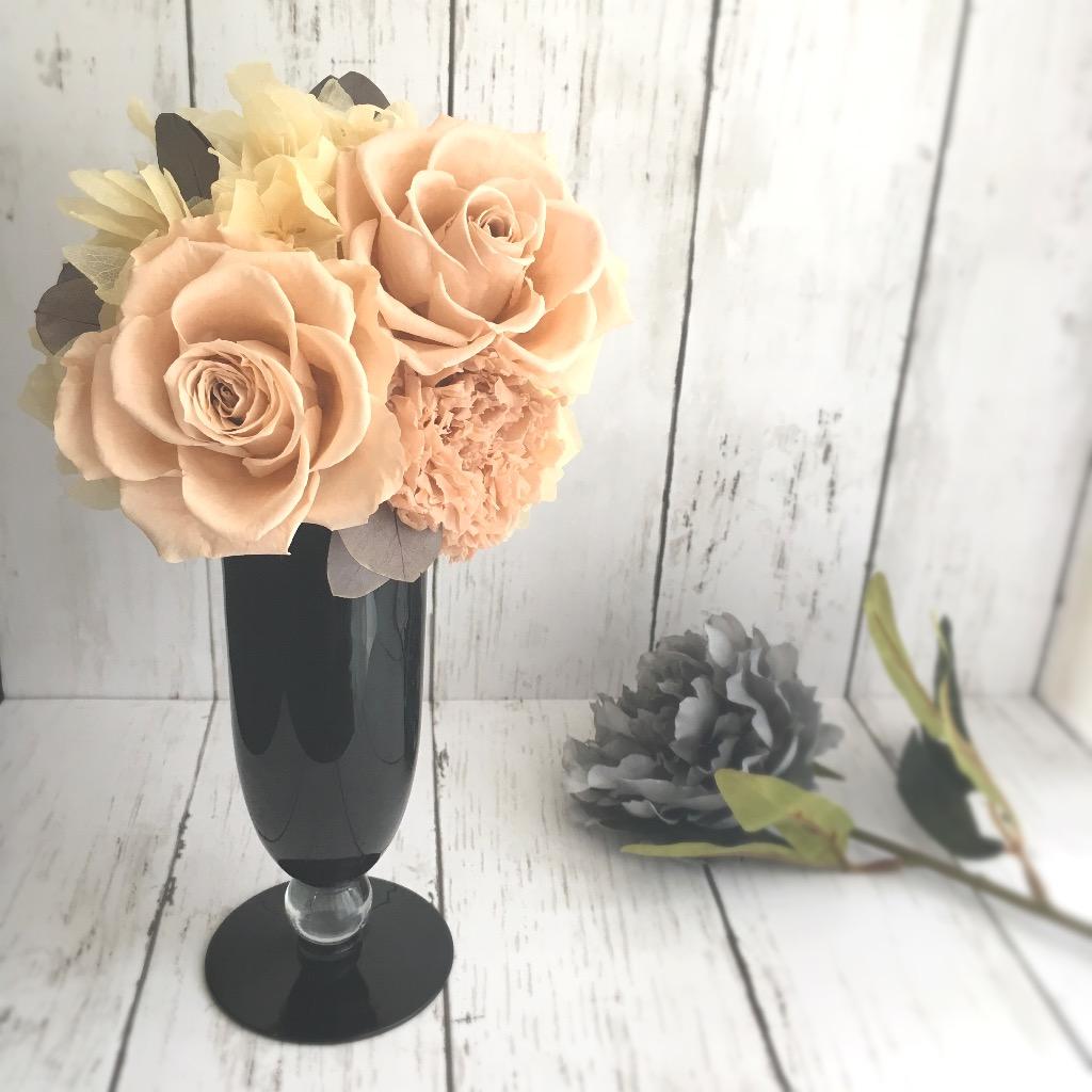 大人可愛いシックなプリザーブドフラワー★ブラックガラスの花器とベビーピンクのバラが素敵です♪
