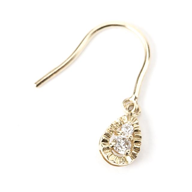 髪をアップにする夏のオシャレは耳元から!揺れて輝くダイヤモンドピアス