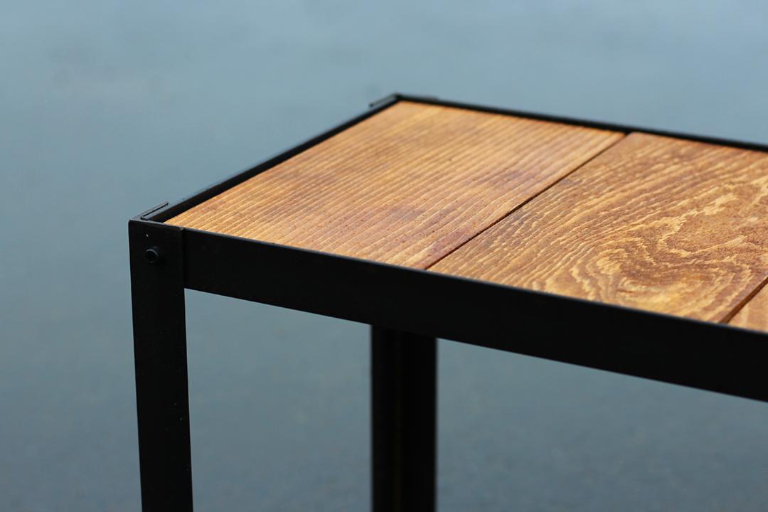 L字アングルのアイアンフレームに木の板をはめる「埋没型」アイアン家具