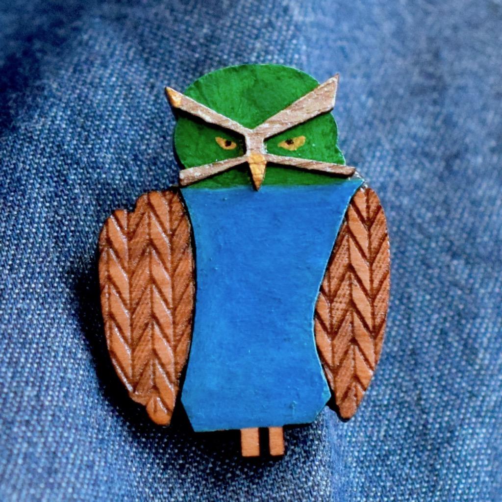 深まる秋と冬の森に佇むメガネフクロウの木製ブローチ