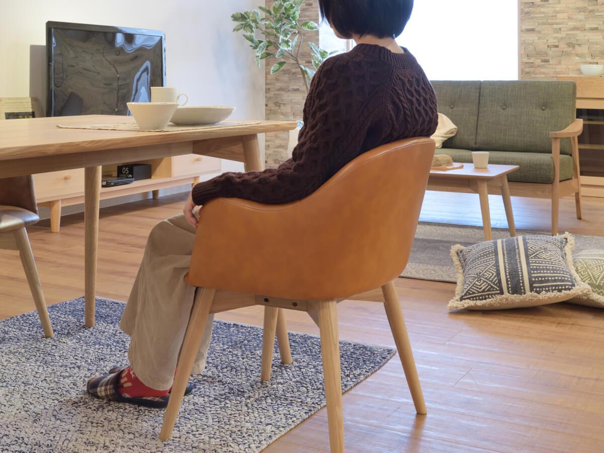 キャメル色は上級色。椅子やスツールからチャレンジ