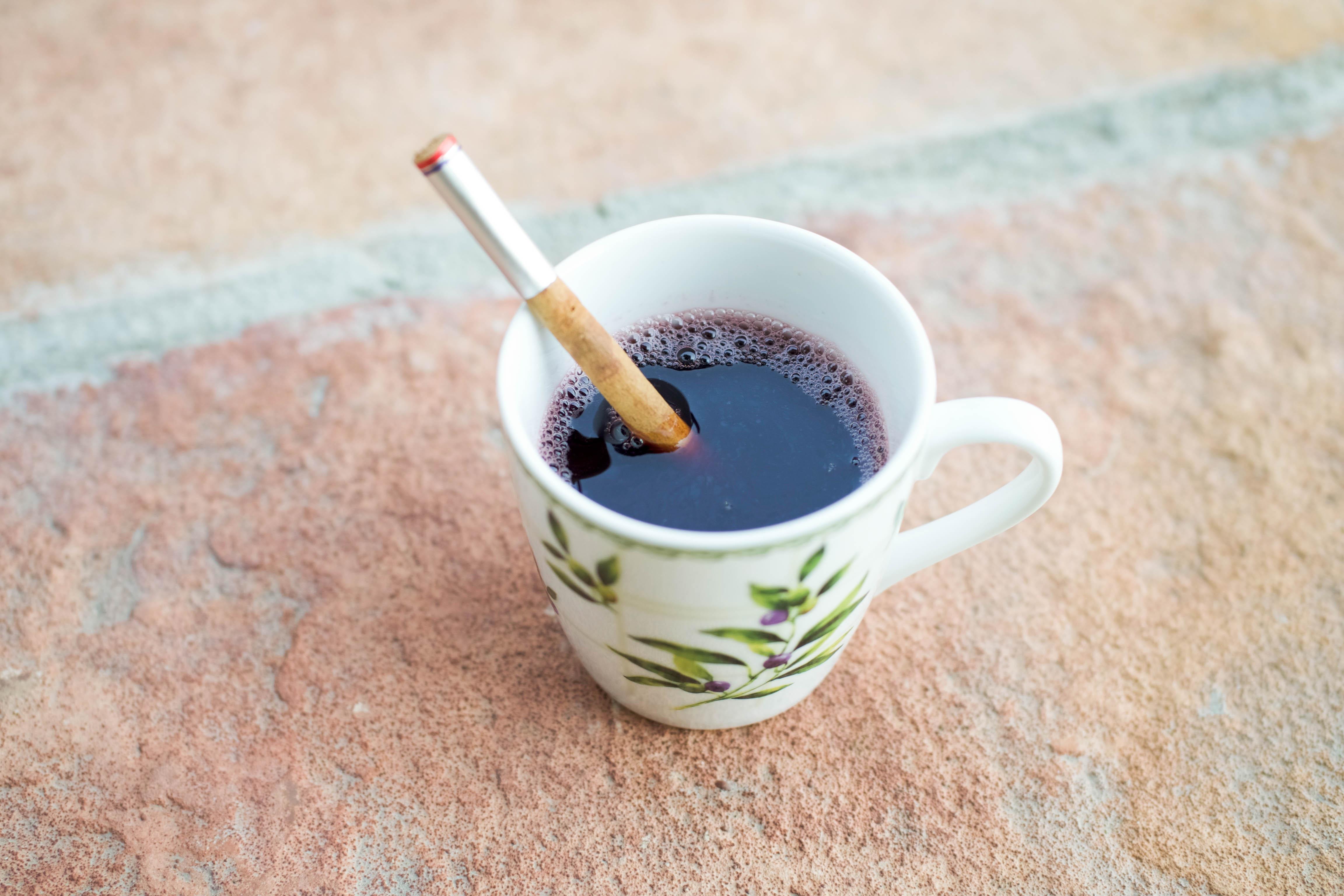 寒い冬に身体をぽかぽか温める、簡単生姜シロップ入りホットワイン