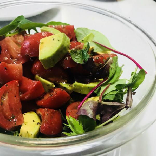 トマトとアボガドとベビーリーフのサラダ