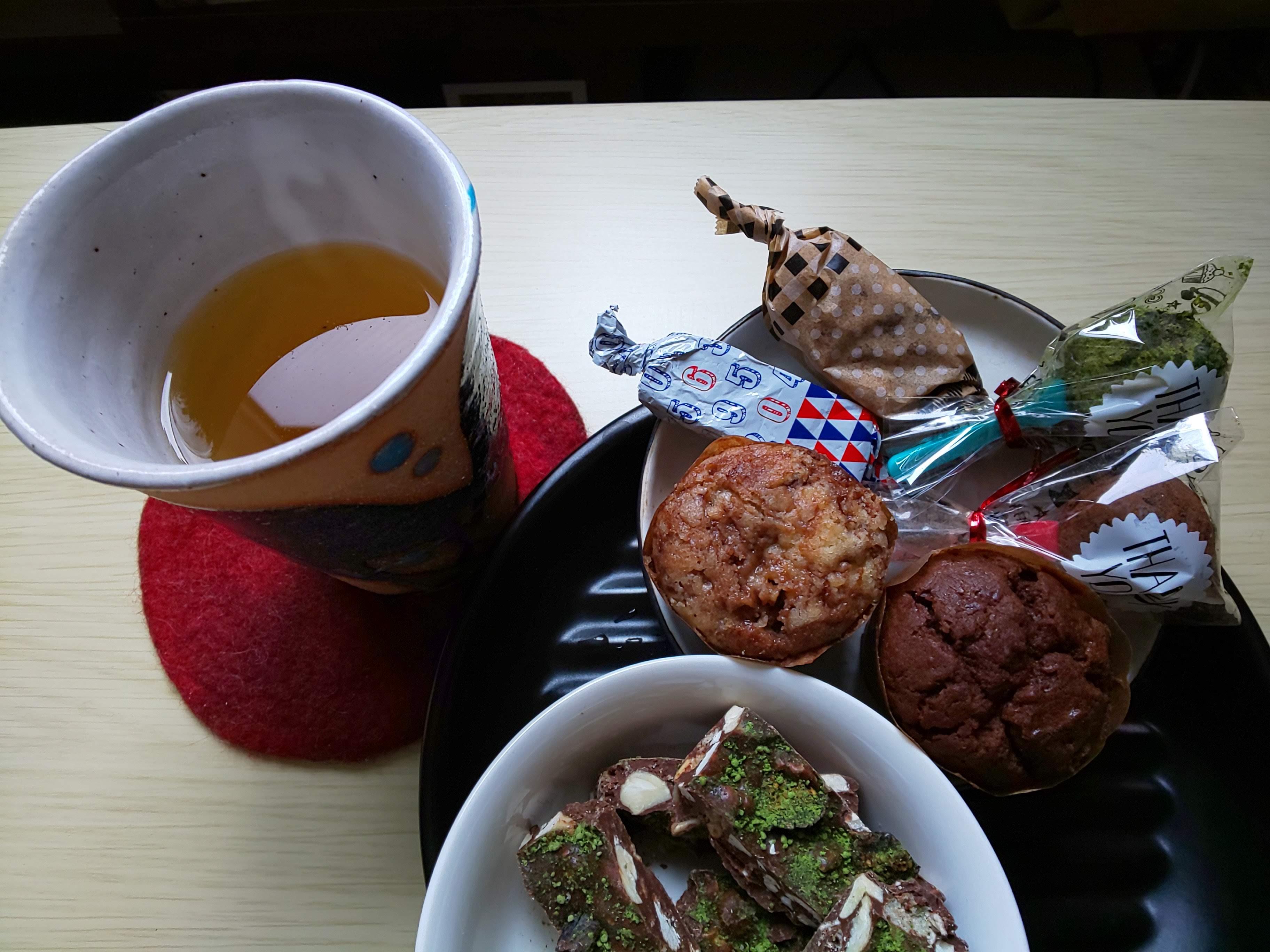 甘いお菓子と野草茶