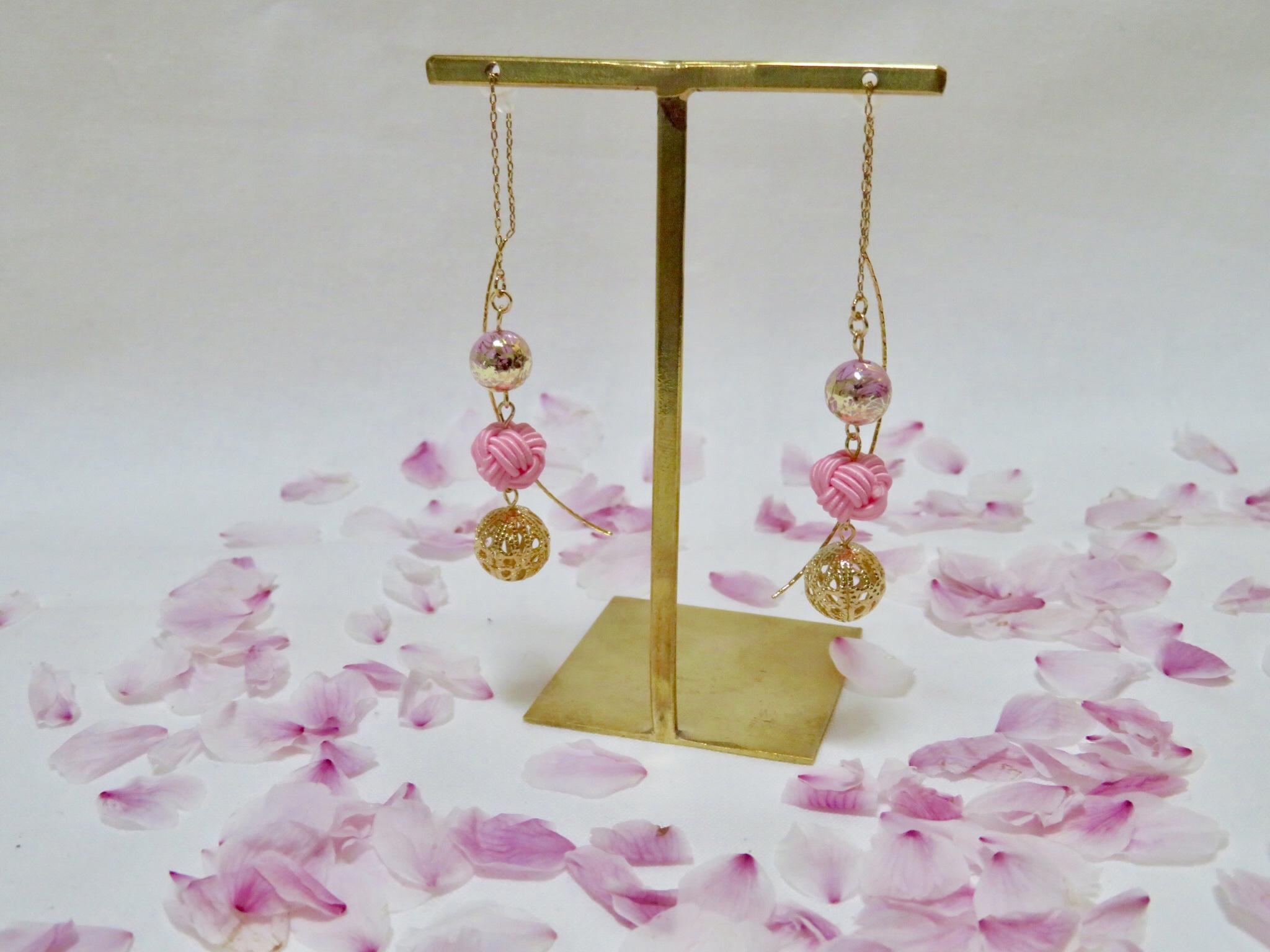 華と品を纏う、春にぴったりの《揺れる桜色ピアス》