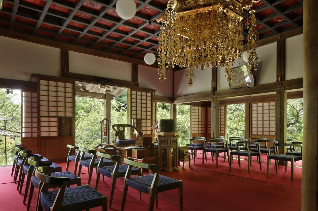お寺の椅子