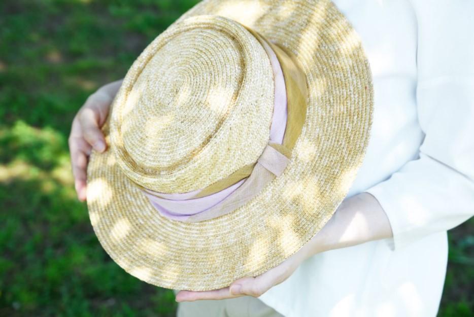 自然に溶け込む優しい色合い、軽やかな麦わら帽子