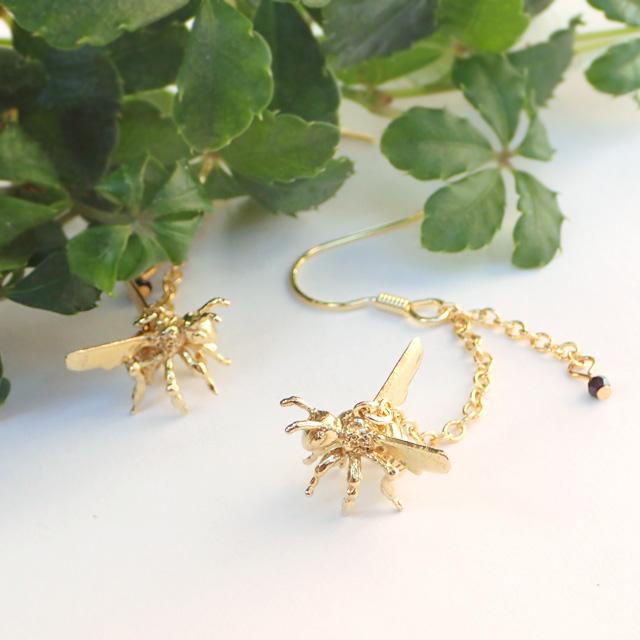 春間近♪耳元で軽やかに飛びまわるミツバチのピアス