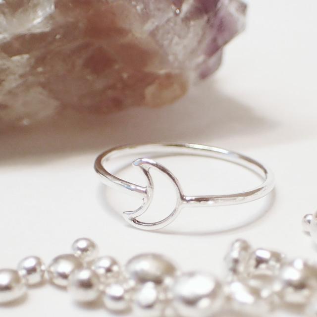 指先を女性らしく可憐に演出♡ 繊細で華奢な小さな月のリング