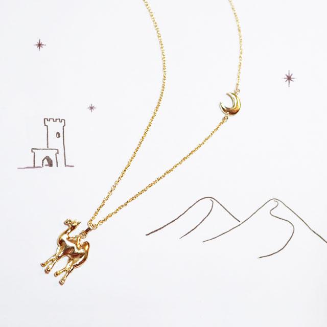 優しく輝く三日月が、砂漠のラクダをそっと照らし出す☆繊細なロングネックレス