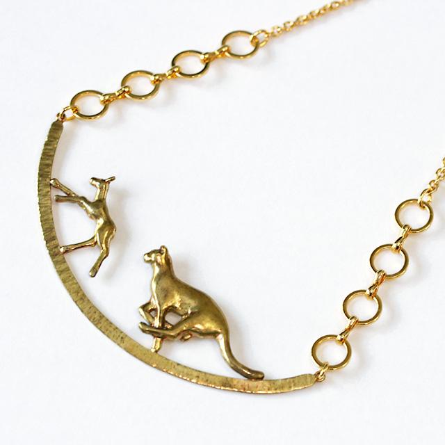 美しくも厳しい世界で生き抜く動物たちの命の瞬間をデザインしたネックレス