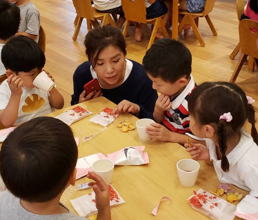 アレルギーフリーのお菓子プロジェクト 02 「おかき試食 おかきが好き? おせんべいが好き?」