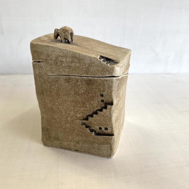小さな箱と階段から生まれるファンタジー(No.108)