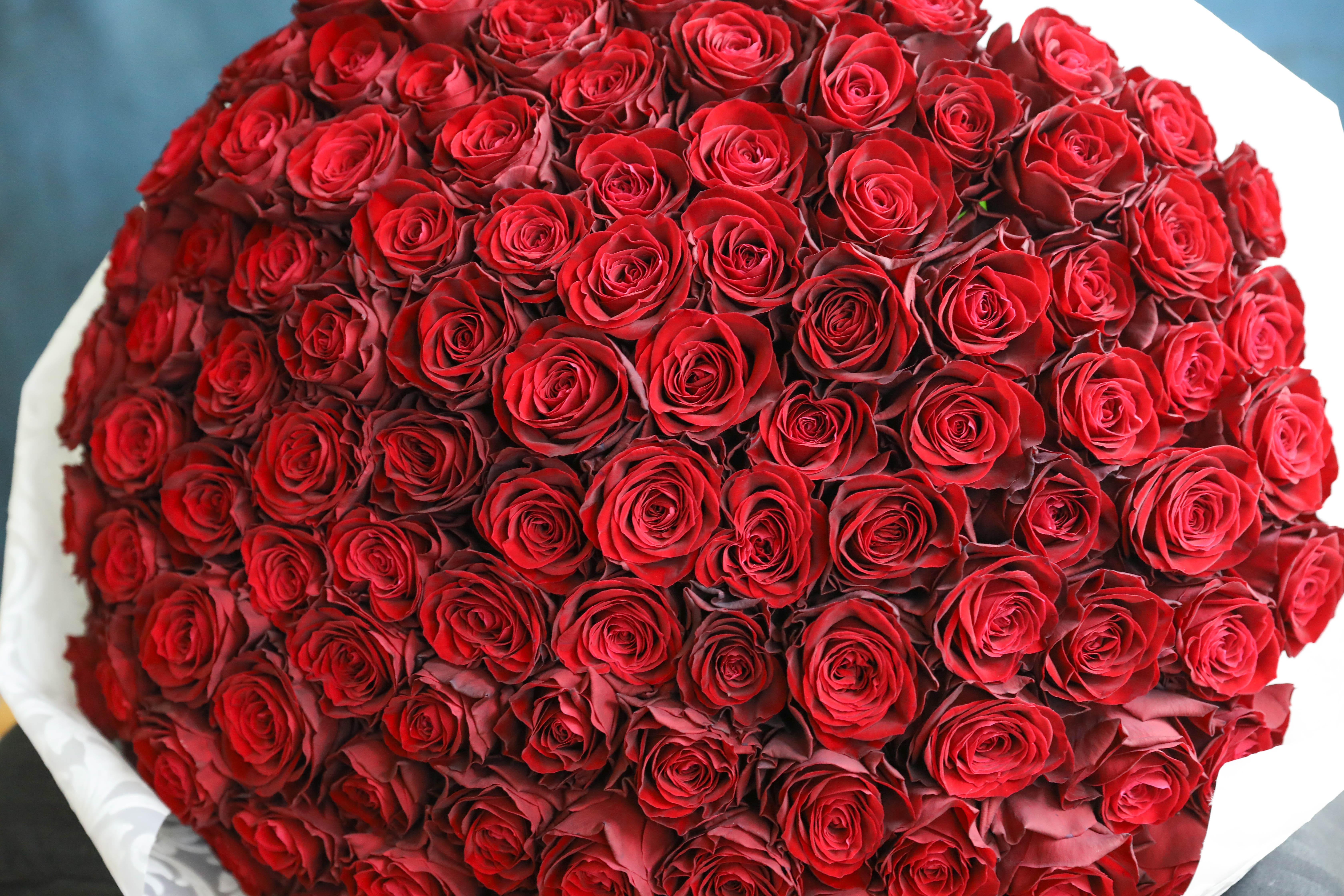 100本のバラの重さは一体どのくらい?
