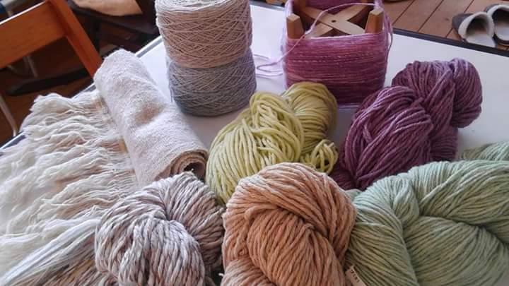 マフラーを織るとやわらかくて優しい色合いに仕上がります。