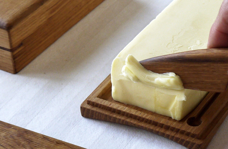 冷蔵庫の中の美しいもの・木製のバターケース・洋酒を貯蔵していた樽材がバターを入れる器に