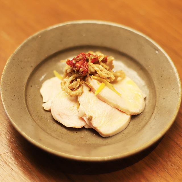 酒喜惣菜レシピ「蒸し鶏のオリーブマリネ 鶏皮のプッタネスカ 」