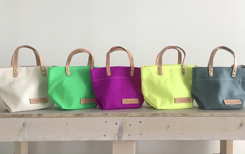 春を感じるカラフルなキャンバスバッグ!!  あなたにぴったりのカラーが見つかります☆