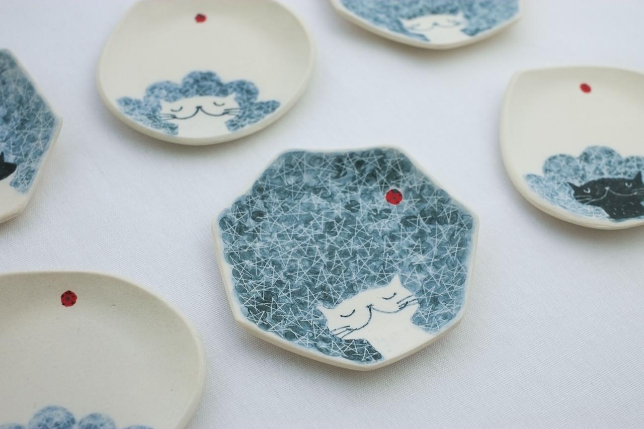 みなかわねこさんの爽やかでかわいらしい藍色の豆皿でお菓子を楽しみませんか?