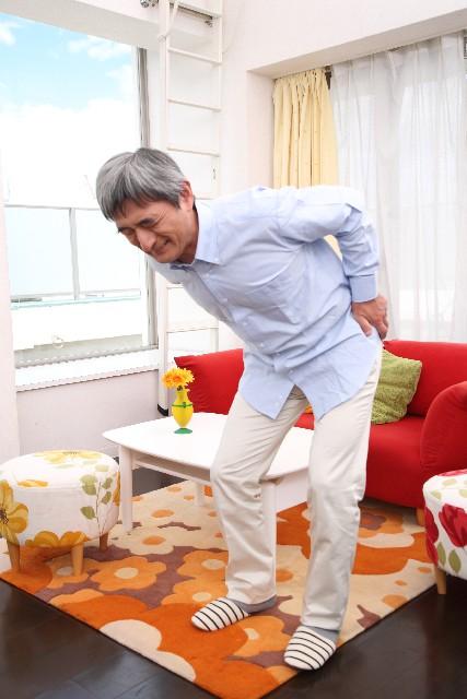 イスからの立ち上がりで腰が痛む人必見!正しい立ち上がり方 とは?