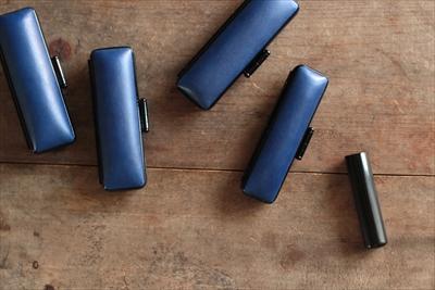 【enku】すっとなじむ心地よさ、使い続けていきたい藍染革の印鑑ケース。(藍染革 印鑑ケース)
