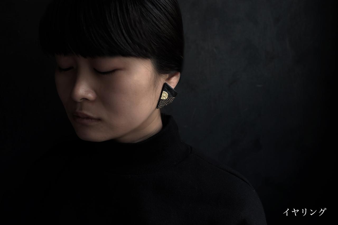 革と金属の耳飾り