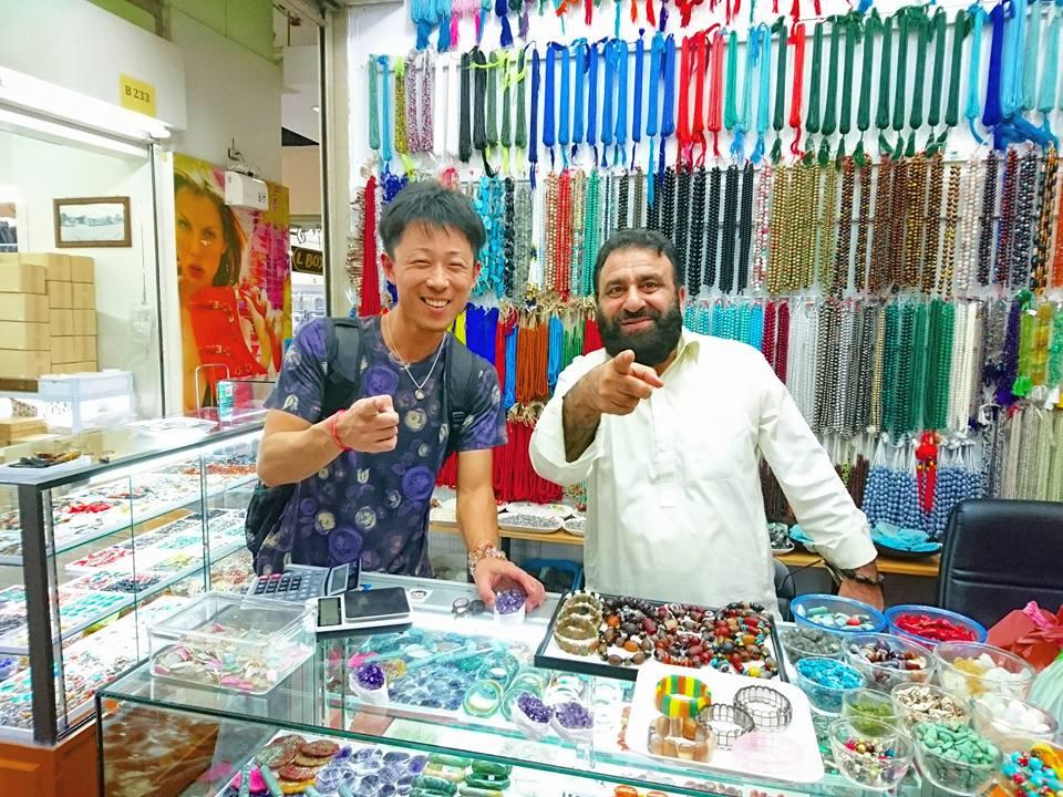 世界で1つ!店長が海外に直接仕入れしたラブラドライトの  ペンダントトップをご紹介します
