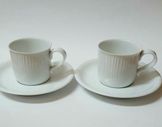 ソーサーの突起が印象的なカップ