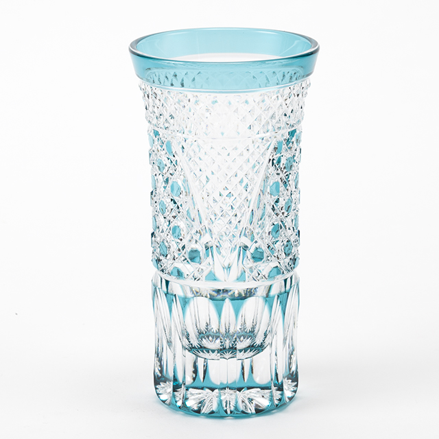 江戸切子の冷酒グラスでお水を飲む